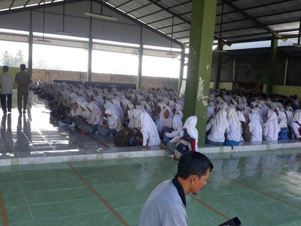 Pembagian surat kelulusan SMK MU Cirebon